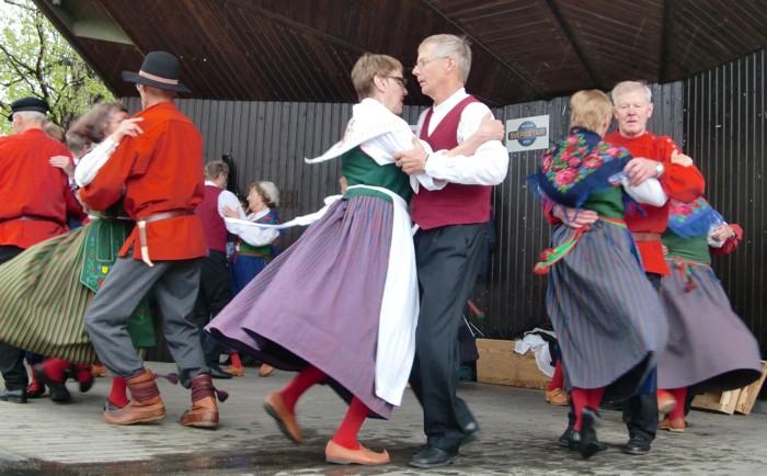 Kjolarna svänger i dansen :-)