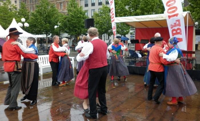 I samband med att ABF firade 100 årsjubileum, så var vårt dansgille inbjudna att dansa i Kungsträdgården.