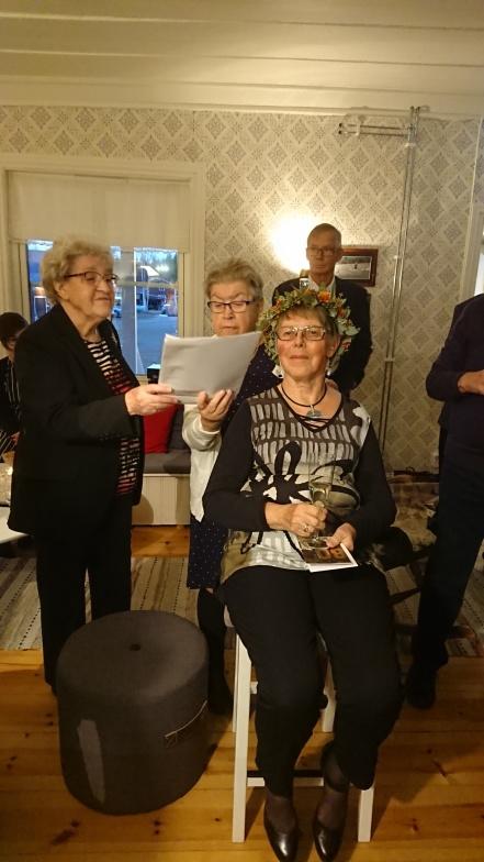 Här blir den fräscha 80 åringen besjungen av Margit och Bojan