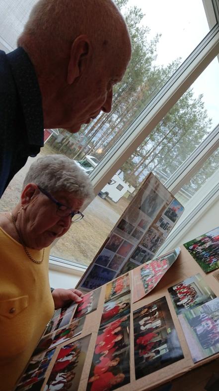 Bojan och Alf tittar på gamla bilder som fanns uppstatta.