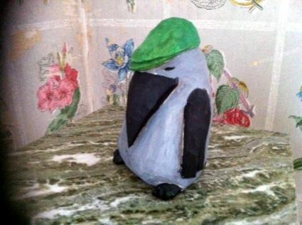 Kråka med grön keps
