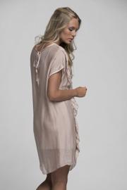 REA Ajlajk klänning i silke med volang