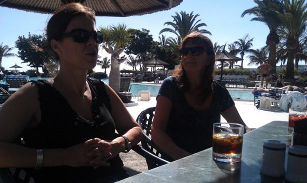 Väntar på vår första lunch efter ankomst - solglasögonen på