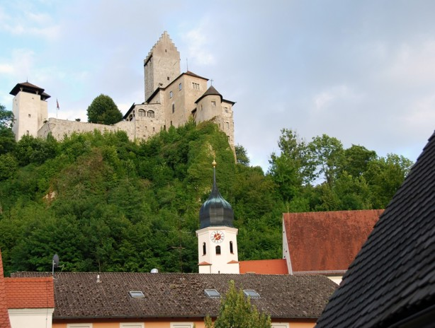Ett litet slott i staden Kipfenberg, naturligtvis skulle det promeneras dit, inte långt bort, men väl långt upp!! stön.