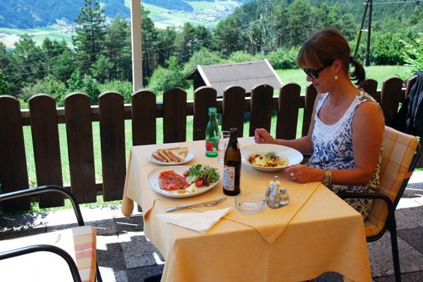 En underbar lunch på en restaurang  på väg genom Österrike. Fru Hansen verkar nöjd