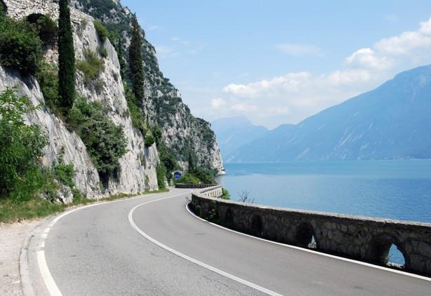 På väg längs Gardasjöns västra sida.