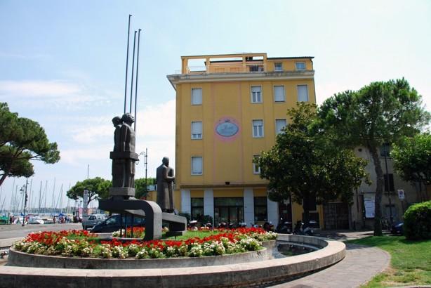Framme vid vårt mål i staden Desenzano del Garda, Hotel Vittorio.