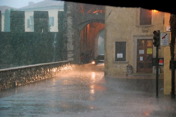 Som sagt regnar gör det inte bara i Sverige. Vi hann in på ett cafe och kunde beställa innan alla andra gjorde samma.