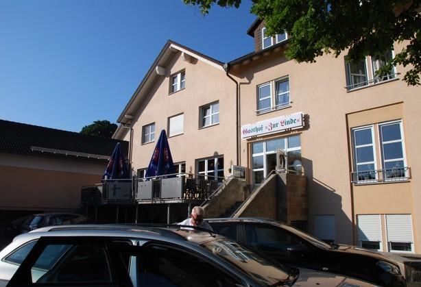 Vägen hem hade vi inte bokat hotell, men det fixade sig i alla fall. Vid  sextiden på eftermiddagen närmade vi oss staden Fulda och kände att nu var det nog dags att hitta ett övernattningsställe. Medans Rosa körde så letade jag hotel i booking.com på min telefon(android) . Och upp kom detta fina Gasthof Zur Linde, Hotellet låg bara 5 minuter fån autobahn. Jag bokade direkt via booking.com och när vi kom in i receptionen höll hotellägeren på att skriva ut vår bokning, mycket smidigt.  Mycket trevligt ställe!