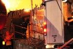 Foto: Dennis Meisner - Med sina liv som insats gick rökdykare in i den övertända byggnaden för att hämta ut kreaturen