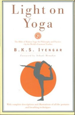 BKS Iyengars mest kända bok är Light on Yoga. Utgiven 1966