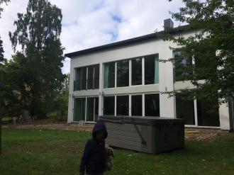 Trädgårdssidan av huset innan förändring