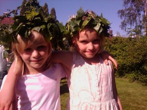 Två söta tjejer firar midsommar