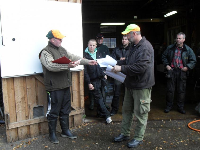 Paul delar ut förstapriset till årets jaktstigsvinnare,Niklas.