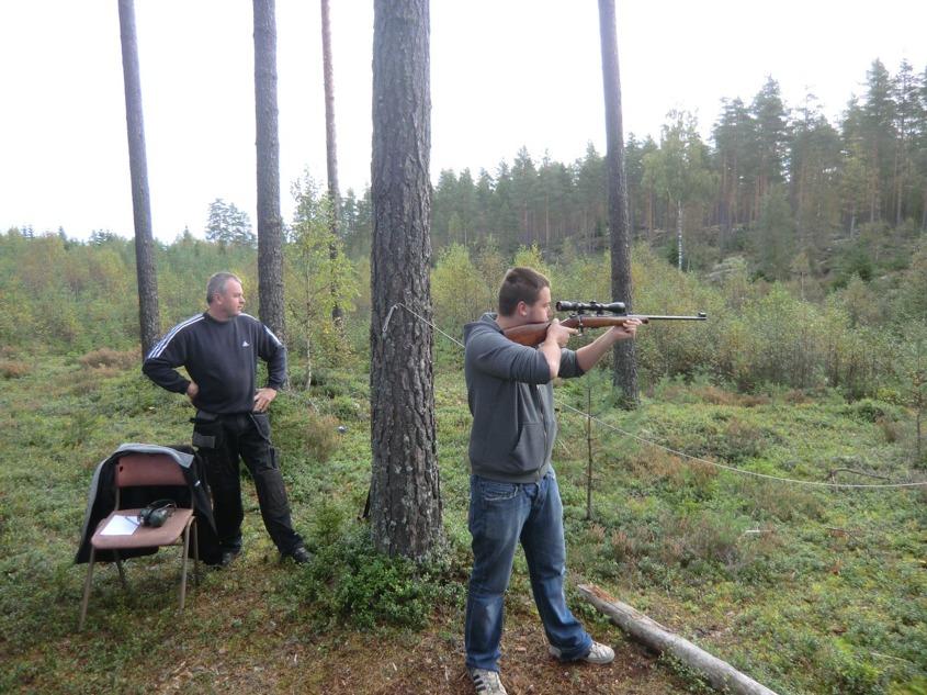 Crille skjuter och Bengan ser på