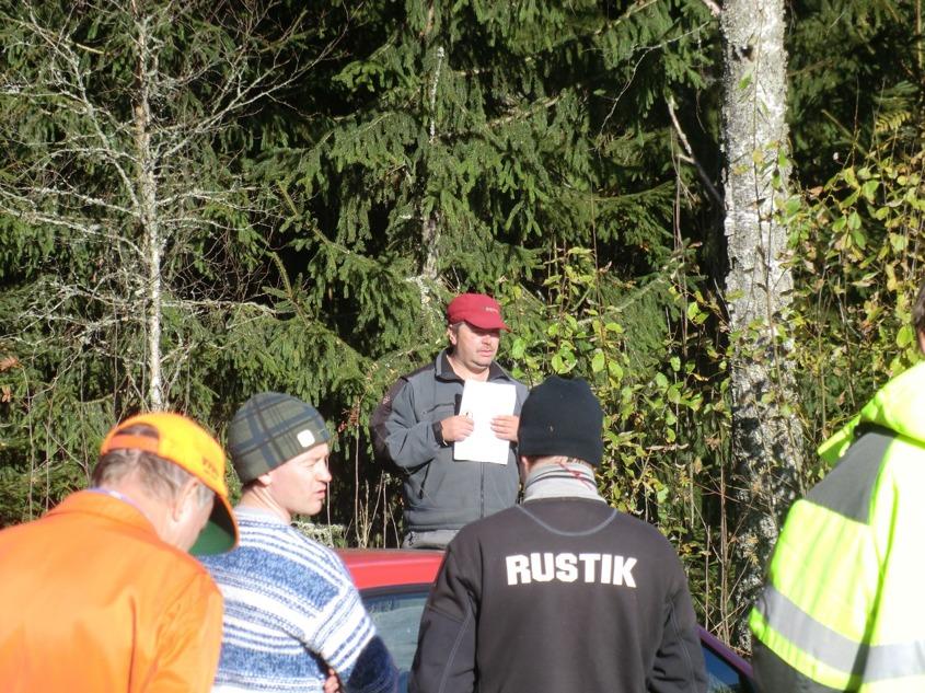 Jaktledaren Hans samlar laget för avslutning av 2011 års jakt, tackar deltagarna och överlämnar ordet till sekreterare Paul, som skall meddela resultatet av årets jaktstig