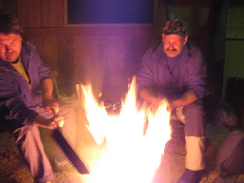 Det blir mycket flöt av fläsk, och brinner bra gör det också!