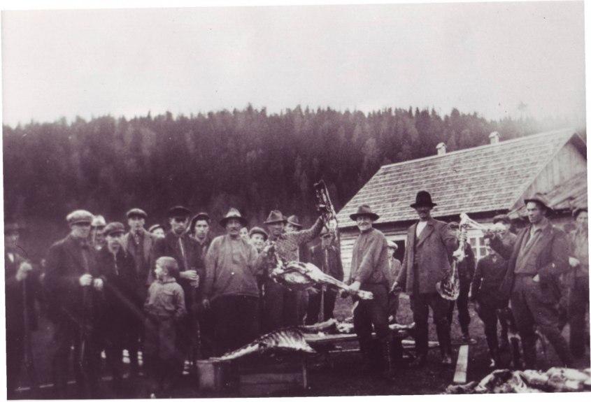 Redan 1931 samlades jägare i Vråa. Stugan i bakgrunden skulle många år senare bli Åsebyfors jaktstuga.