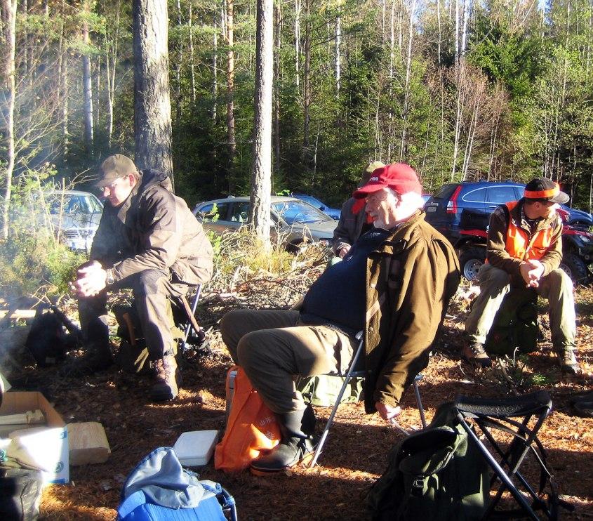 2011 års älgjakt, efter första drevet. På bilden Peder, Birger och Peter. Ser ut att trivas i solskenet, eller hur?