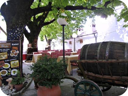 Spadag i Motovun, njut av en drink på hotelletss uteservering efteråt