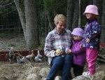 -Titta mamma, vi hittade påskägg i hönsgården!
