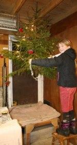 Frida pryder julgranen så både djur och människor kan komma i julstämning! Klicka på bilden för att se den i större format.