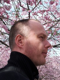 Palle under blommande körbärsträd