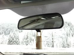SHAKE doftolja i bilens backspegel