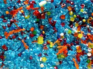 Mikroplastbitar är små små bitar av plast