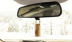 Så kan det se ut med en doftolja i bilens backspegel.