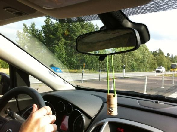 Häng en doftolja i backspegeln för trevligare bilfärd