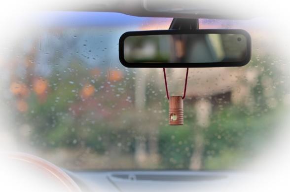 Med en lättupphängd doftolja i bilens backspegel så kan du öka både trivsel och säkerhet.