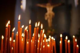 Många ljus tänds under julen.