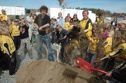 Kommunens Lars Stjärnqvist och Lindö FF:s ordf. Tomas Silén tillsammans med Lindöbarn tar första spadtaget inför byggandet av nya idrottsplatsen. Det är Lindö FF som bygger till en kostnad av 50 milj. Foto: Bertil Qarlzon