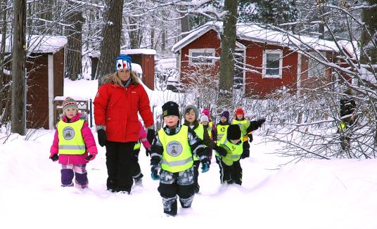 Förskolebarn på väg till Tomten och Leratorpet