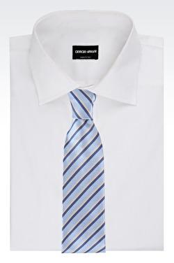 Skjorta och slips Giorgio Armani.