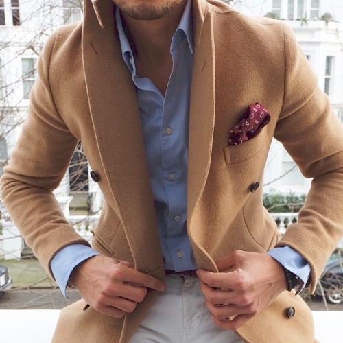 Fräsch kombination med ljusblå skjorta till kamel.