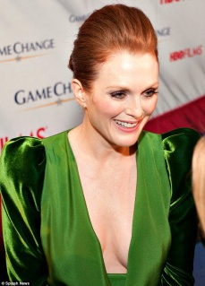 Julienne Moore i grön klänning som förstärker hennes röda hår.