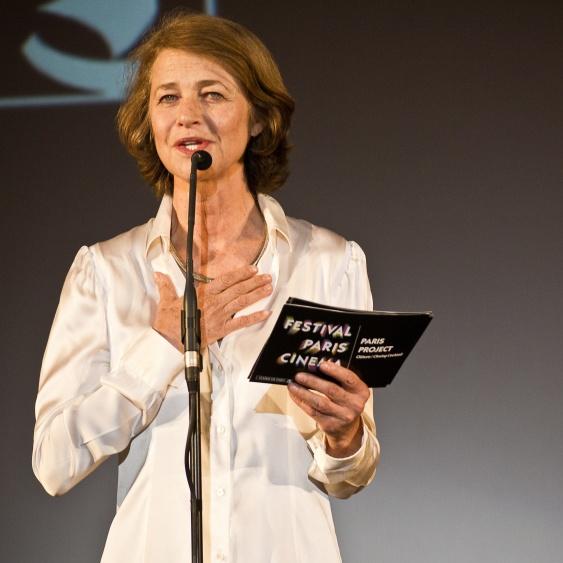 En skjorta i siden eller satin ger extra strålglans och är perfekt för basgarderoben. På bild. Skådespelerskan Charlotte Rampling 74 år.