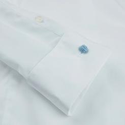 Manschettskjorta från Stenströms där ljusblå manschettknutar ingår. Komplettera med dina favoritfärger.