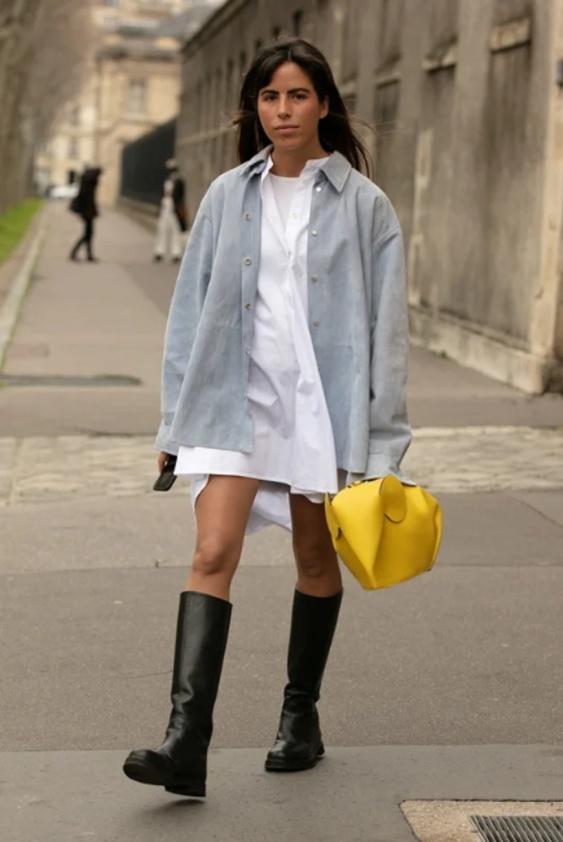 Gult som solen och grått som småstenarna på stranden är av Pantone utsedda som Årets Färger 2021. Gatubild från Paris Fashion Week.