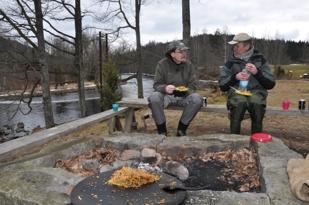 Varm mat och bärs för att tina frusna fiskesjälar