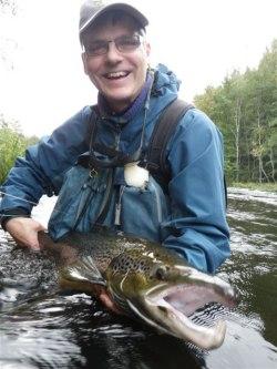Förre kursdeltagaren Per Askerlund med ståtlig Härnäslax. Foto: K. Lindberg
