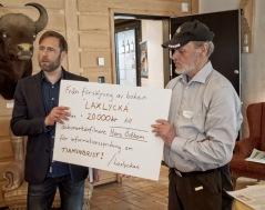 De första 20 000kr från bokförsäljningen överlämnas till professor Lennart Balk vid Stockholms Universitet. Överlämningen gjordes i samband med Blekinge Arkipelags informationsdag om tiaminbrist i miljön, på Eriksberg i Karlshamn den 7 maj 2019. Foto: B.Nyberg