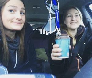 Jag och min etologkollega Johanna i bilen påväg till Skara och Uddetorp.