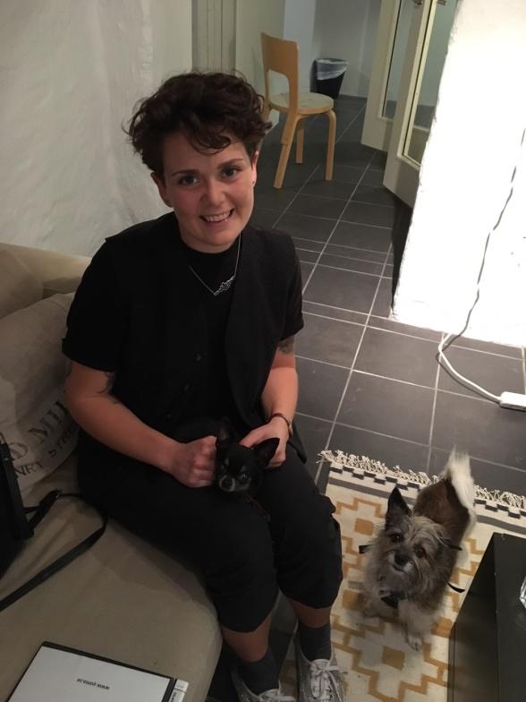 Lisa från djurrelationer på besök hos Yoma.