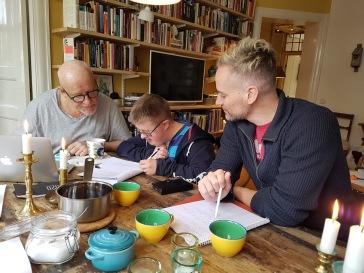 Tomas, jag och Casper skriver på manuset hemma hos Tomas.