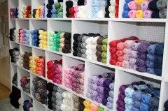 Stort sortiment av garner i hobbyaffären Kuligt i Laholm