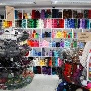Vi har många härliga garner i hobbyaffären Kuligt i Laholm