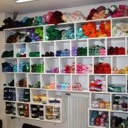 Garner att virka och sticka med finns i hobbyaffären Kuligt i Laholm